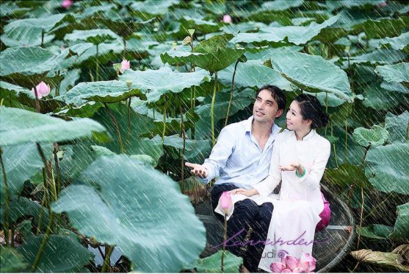 Chụp ảnh cưới-chụp ảnh cưới với điểm chụp là hoa sen hồ tây