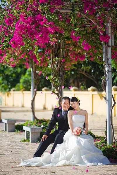 chụp hình cưới trên con đường hoa giấy nha trang